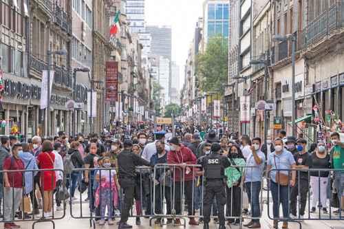 Cientos de vallas metálicas, resguardadas por policías, impiden el libre tránsito al Zócalo y calles aledañas, lo que ha provocado confusión y molestia entre transeúntes y visitantes. En esta imagen, la calle peatonal Franciso I. Madero.