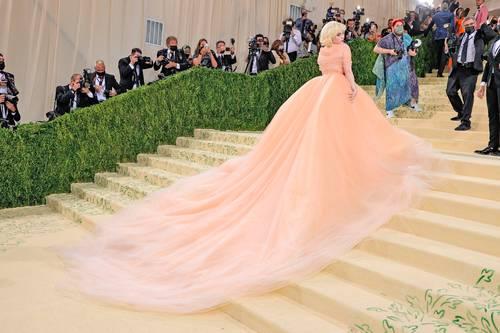 La cantante Billie Eilish, de rosa, en la gala del Met. Foto Afp