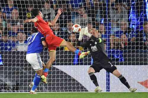 El Chucky Lozano (de rojo) salió de titular con el Nápoles y fue sustituido al minuto 64.