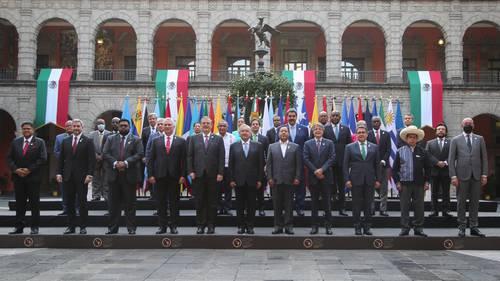 El presidente Andrés Manuel López Obrador y Marcelo Ebrard, flanqueados por los mandatarios de Cuba y Bolivia, Miguel Díaz-Canel y Luis Arce, con todos los asistentes al encuentro.
