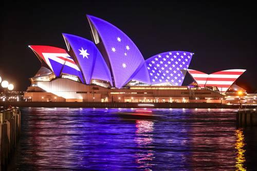 Francia no da crédito por haber sido traicionada por EU cuando tenía un acuerdo de vender a Australia 12 submarinos con diésel. En la imagen, proyección de banderas en la Ópera de Sidney por el 70 aniversario de la alianza Anzus.