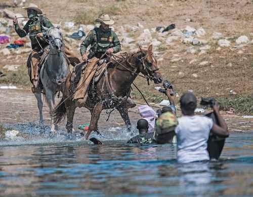 AL VIEJO ESTILO RANGER. Oficiales montados de inmigración y aduanas bloquearon el paso de haitianos que querían ingresar a la localidad de Del Río, Texas, luego de que Estados Unidos anunciara la deportación intensiva por vía aérea para los isleños.