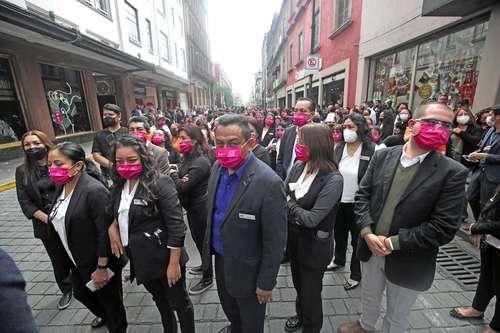 Cientos de personas que se encontraban de paseo, visita o de compras en el centro de la ciudad participaron en el simulacro de sismo.