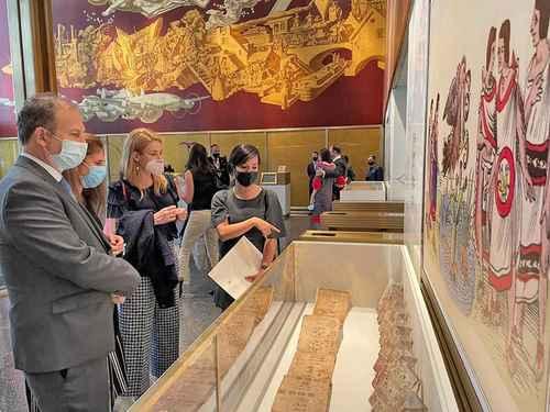 El cónsul Jorge Islas López y otras invitadas a la inauguración de la exposición Manuscritos mexicanos en el Rockefeller Center.