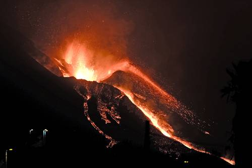 El volcán La Palma continuó arrojando lava en la isla canaria del mismo nombre. Una nueva emanación extendió los daños, pues la actividad ya había tragado más de mil edificios.