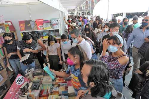La feria articula más de 200 eventos entre presentaciones de libros, charlas, debates y conciertos. En la imagen, aspecto del segundo día de actividades.