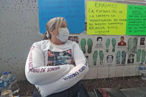 HUELGA DE HAMBRE FRENTE A LA FGR. Cecy Patricia, integrante del colectivo Madres Buscadoras de Sonora, frente a las instalaciones de la Fiscalía para exigir la búsqueda de sus familiares.