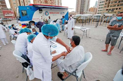 Un hombre recibe una dosis contra el Covid-19 durante la campaña masiva de inmunización en el distrito de Bneid Al-Gar de la ciudad de Kuwait.