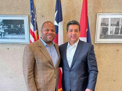 El gobernador de Tamaulipas, Francisco García Cabeza de Vaca (derecha), y el alcalde de Dallas, Eric Johnson, ayer en la ciudad texana