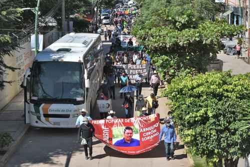 Familiares y amigos del activista Arnulfo Cerón, asesinado hace dos años, marcharon ayer en el municipio de Tlalpa, Guerrero.