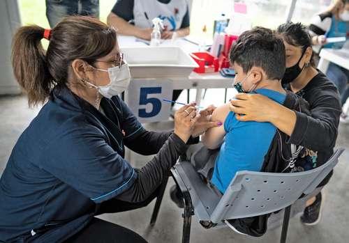 En la ciudad de Avellaneda, Argentina, jornada de vacunación a niños de tres a 11 años con el biológico desarrollado por el laboratorio chino Sinopharm.
