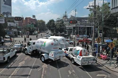 Surtidores de gas bloquearon con sus pipas el Eje 5 Eugenia, en su cruce con Insurgentes, frente al edificio de la Secretaría de Energía.