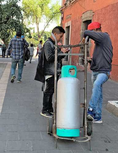 La distribución de gas LP en Cuauhtémoc tampoco se vio afectada por el paro. En esta imagen, dos repartidores están a la espera de entregar su preciada carga.