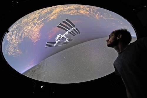 Investigadores de la Escuela Politécnica Federal de Lausana, Suiza, lanzaron ayer un software que permite visitas virtuales al cosmos, incluida la Estación Espacial Internacional, la Luna, Saturno, exoplanetas y galaxias. Llamado Proyecto Universo de Realidad Virtual, reúne el conjunto de datos más grande del universo para crear visualizaciones panorámicas tridimensionales del espacio. Hadrien Gurnel, uno de sus creadores, explora el mapa 3D más detallado del universo.