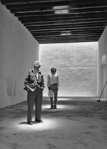 Manuel Álvarez Bravo y Francisco Toledo, en el Centro Fotográfico Manuel Álvarez Bravo, en Oaxaca, 1996. Imagen de la exposición Lu'Diani. Francisco Toledo y la fotografía, que se presenta en el Colegio de San Ildefonso.