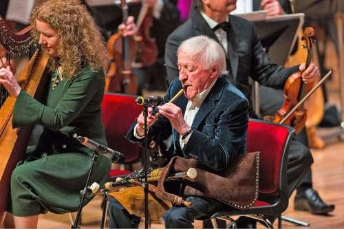 El músico y fundador del grupo de folk The Chieftains, Paddy Moloney, reconocido por su dominio de instrumentos folclóricos de Irlanda, falleció a los 83 años. Ganador de seis Grammy con su banda, legó varias bandas sonoras para filmes como Pandillas de Nueva York (Martin Scorsese), Barry Lyndon (Stanley Kubrick) y Corazón valiente (Mel Gibson), entre otras.