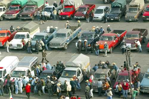Los vehículos ilegales muchas veces son utilizados para delinquir en el país, señaló el Presidente. En la imagen de 2005, agricultores demandan esquema de regularización.