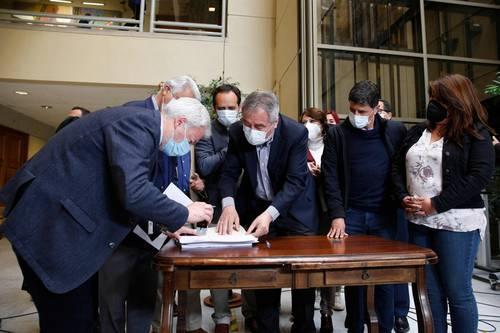Diputados chilenos firmaron ayer, en Valparaíso, la acusación constitucional contra el presidente Sebastián Piñera por la controvertida venta de un minera a través de una empresa propiedad de sus hijos, que apareció en las filtraciones de los Papeles de Pandora.