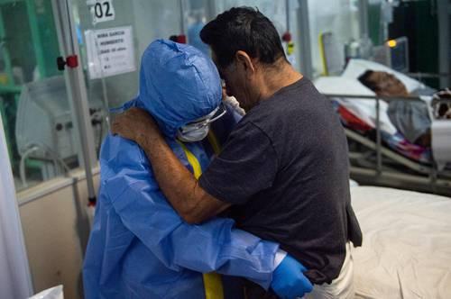 Un paciente es atendido en la unidad de cuidados intensivos de un hospital emergente en la ciudad de Piura, Perú.