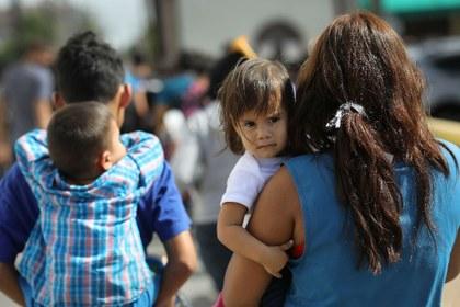 AFP padres niños migrantes 2.jpg