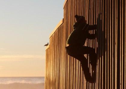 AP migrantes muro Tijuana.jpg