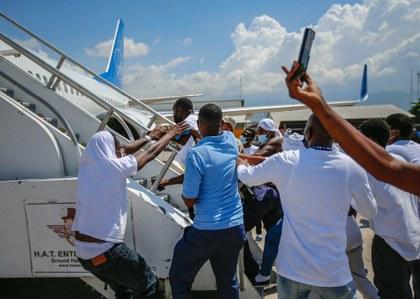 AP haitianos deportados por avión.jpeg