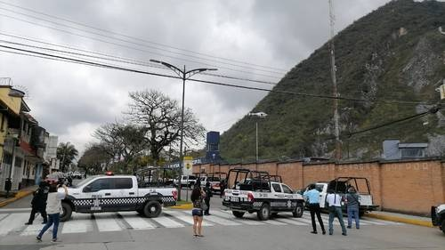 Orizaba journalists cover the operation to transfer municipal agents to Xalapa, where they will be subjected to trust checks.  The secretary of the SSP, Hugo Gutiérrez Maldonado, said that it will be reviewed that the police comply with the licenses to carry firearms.