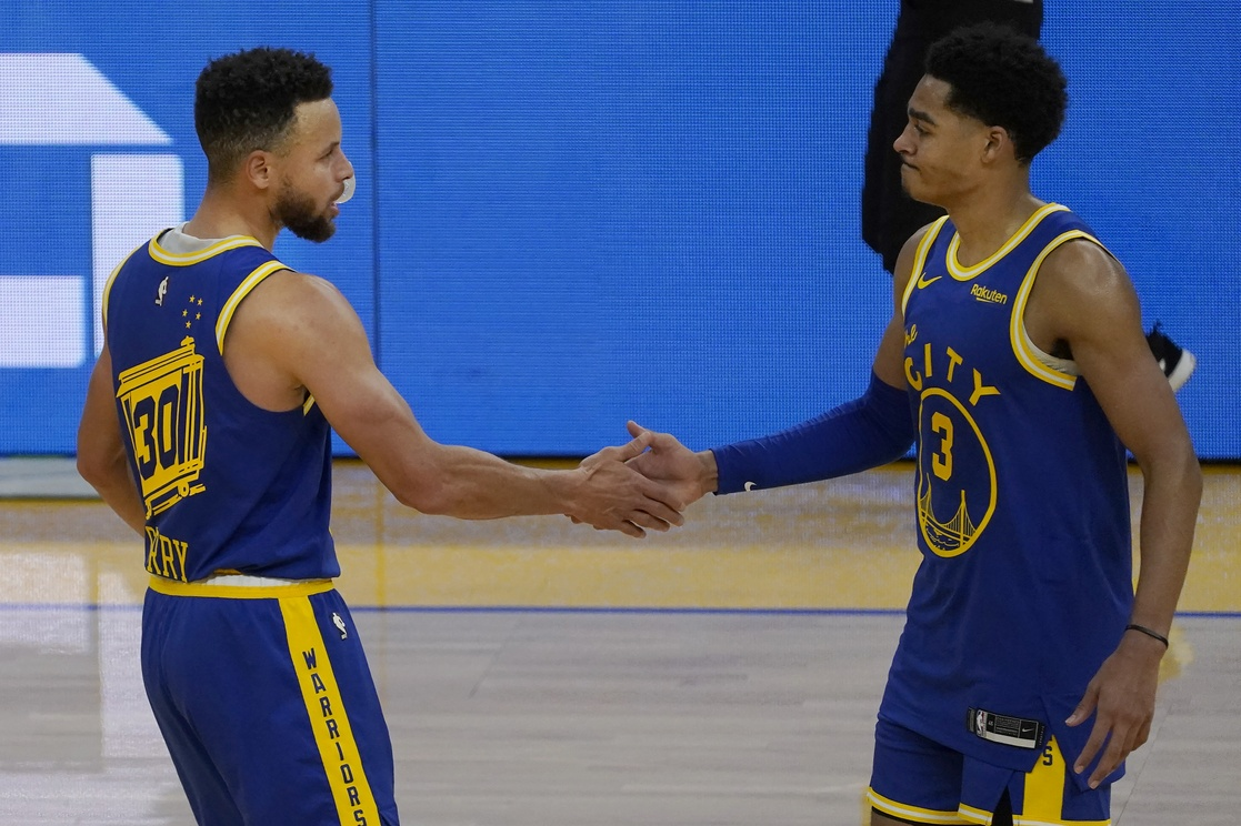 Stephen Curry celebra con Jordan Poole de los Golden State.