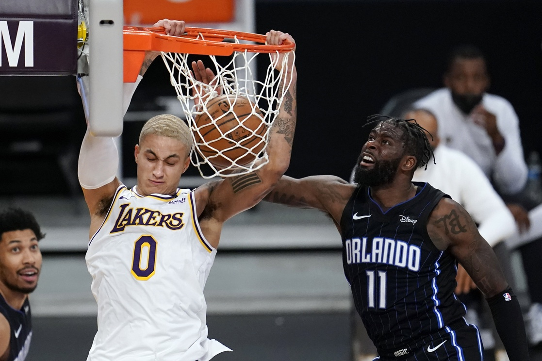 Kyle Kuzma de Los Ángeles Lakers y James Ennis III del Orlando Magic.